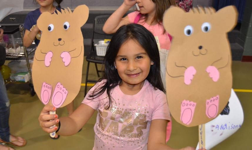 Students create crafts that look like Humphrey.